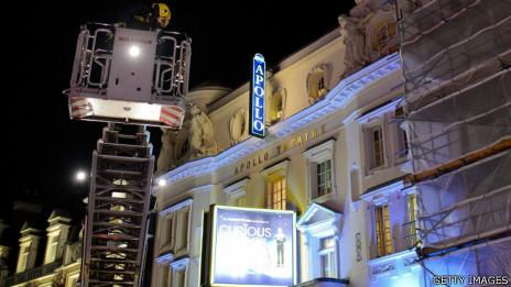 倫敦消防隊隊員利用升降台檢查阿波羅劇院樓頂狀況(19/12/2013)
