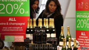 Бутылки шампанского в британском супермаркете M&S