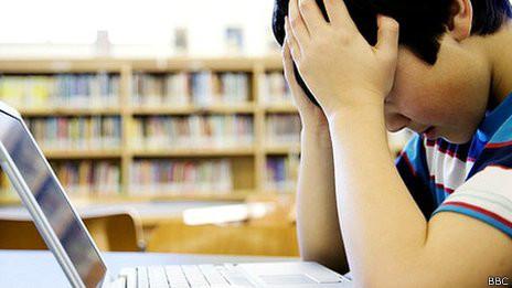 Adolescente frente a computadora