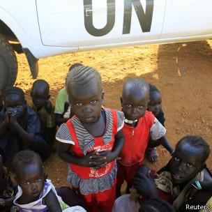 Crianças deslocadas acampam em aeroporto em Juba (foto: Reuters)