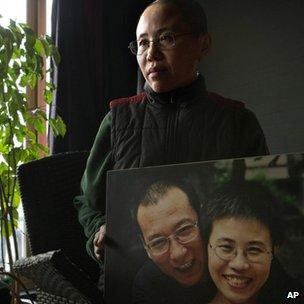 刘霞在北京寓所中手持与刘晓波合照接受采访(6/12/2012)