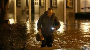 Un hombre camina en medio del agua