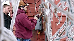 Una persona trata de reparar una caja de electricidad
