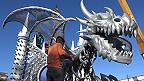 Hombre terminando carro de dragón  (Foto: Raquel Pérez)