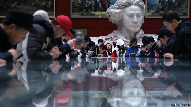 माओत्से तुंग की 120नीं वर्षगांठ के मौके पर राष्ट्रीय संग्रहालय में जमा लोग