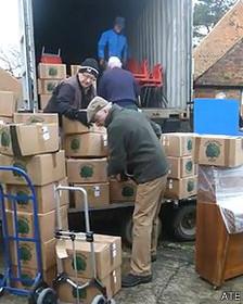 Voluntários embalam doações de escola inglesa desativada | ATE