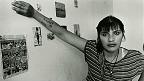 Mujer reclusa se apoya en la pared