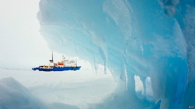Barco atrapado en el hielo de la Antártida