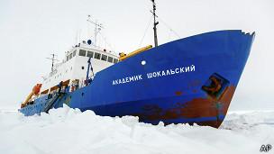Barco atrapado en Antártica
