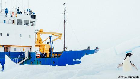 Barco varado en la Antártica