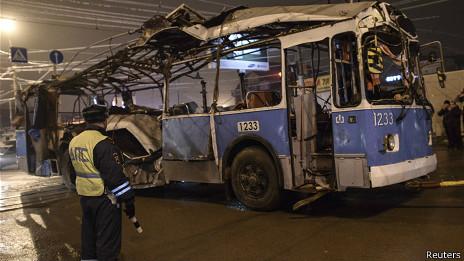 http://wscdn.bbc.co.uk/worldservice/assets/images/2013/12/31/131231041352_volgograd_devastated_trolleybus_464x261_reuters.jpg
