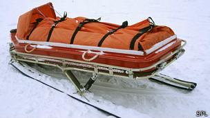 Camilla de emergencia en nieve