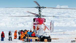Вертолет эвакуирует первую группу с
