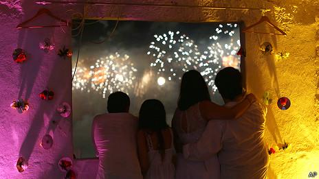 Familia mirando fuegos artificiales