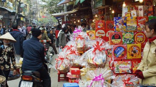 Hàng bán quà Tết ở Hà Nội