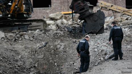 Экскаватор и воронка после взрыва бомбы