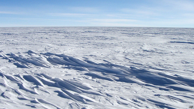 Campo de sastrugi en la Antártica (foto de archivo)