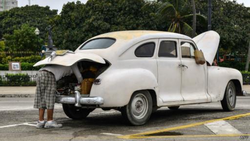 Кубинець лагодить стару машину