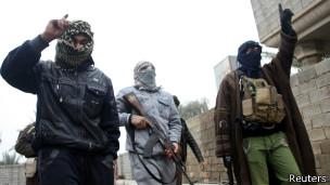 По улицам Фаллуджи ходят вооруженные боевики