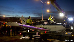 В Бронксе небольшой частный самолет с тремя людьми на борту совершил аварийную посадку на автомагистраль