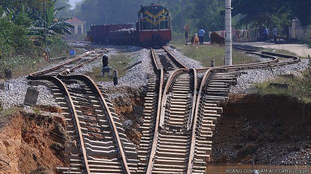 Tàu hỏa Việt Nam dừng trên đoạn đường sắt Bắc - Nam bị hư hại ở Hà Tĩnh hồi năm 2010