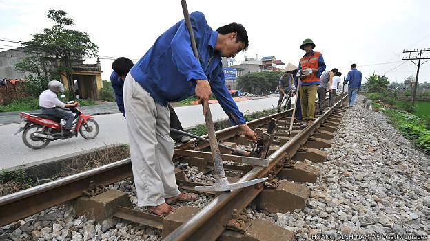 Nhân viên sửa đường sắt trên tuyến Bắc - Nam