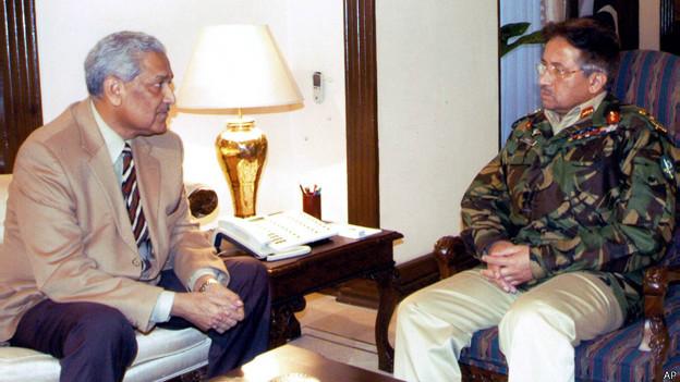 अब्दुल कदीर खान जनरल मुशर्रफ के साथ