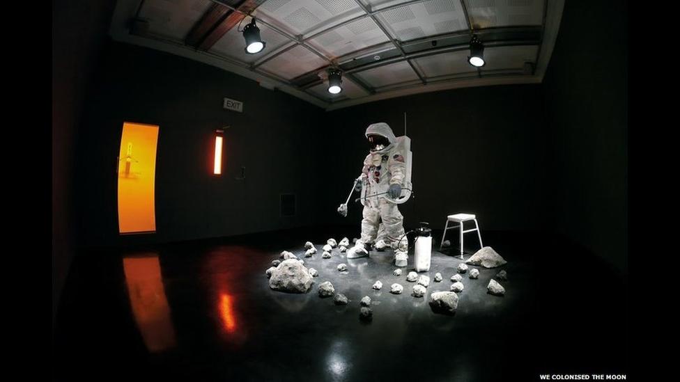 """Входите на свой страх и риск"", инсталляция художников We Colonised the Moon."