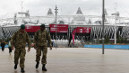Британские солдаты у Олимпийского стадиона в Лондоне