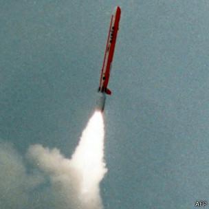 Resquícios de testes nucleares resistem décadas na atmosfera