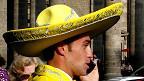 Mariachi hablando por teléfono