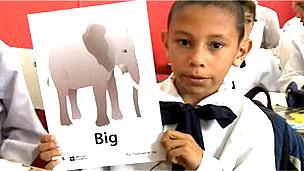 Niño en una escuela de Uruguay con una pancarta en inglés
