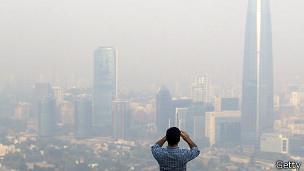 Un hombre fotografía el humo en Santiago