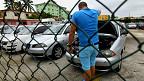 Cubano inspecciona un auto