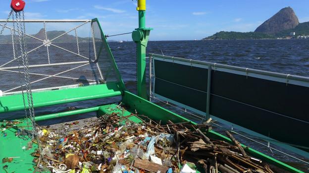 Ecoboat com lixo retirado da baía