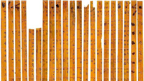 Antiguas tiras de bambú con números grabados