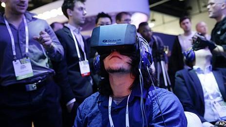 Persona con una máscara de realidad virtual