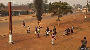 Residentes quemando llantas