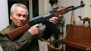 Kalashnikov con su famosa creación
