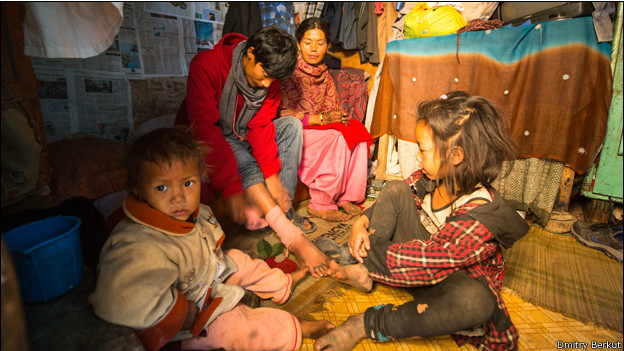 Семья в непальском доме