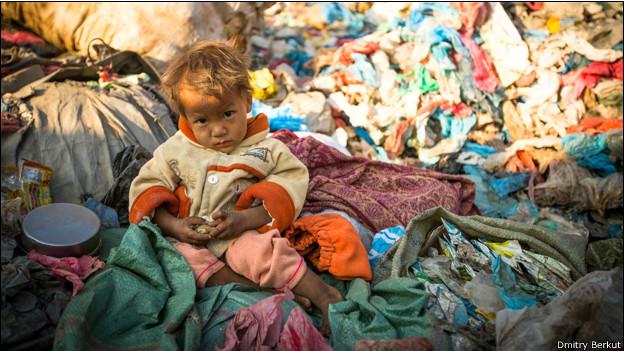 Ребенок на свалке в Непале