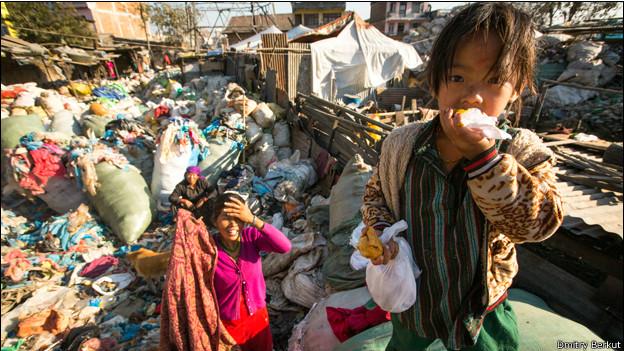 Ребенок за едой в Катманду