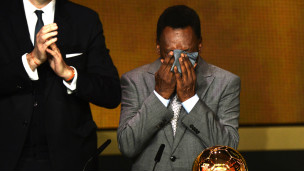 Pelé chora ao receber prêmio Bola de Ouro pela primeira vez / Crédito da Foto: AP