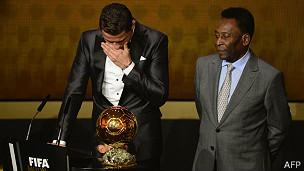 Cristiano Ronaldo se emociona ao receber prêmio de melhor do mundo / Crédito da Foto: AFP