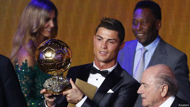 Cristiano Ronaldo recebe a Bola de Ouro 2013 / Crédito da Foto_ Reuters