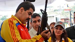Maduro con un arma