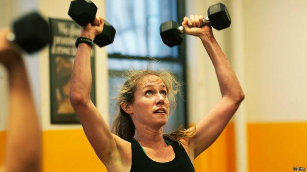 Mulher se exercitando (Getty)