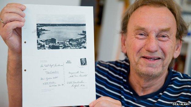 Guenter Zettl con la copia de la postal original