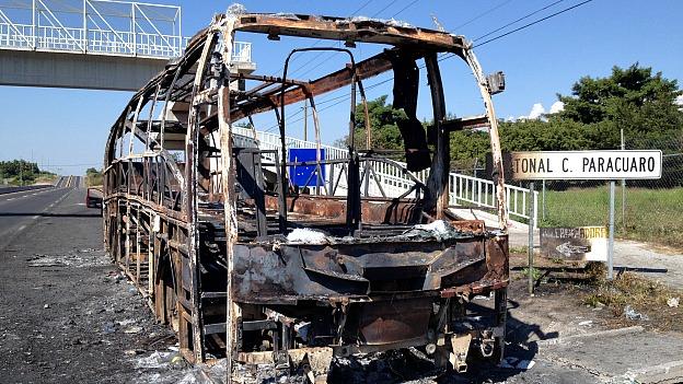Veículo incendiado em Michoacán, em meio aos confrontos (BBC)