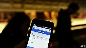 Facebook en teléfono celular